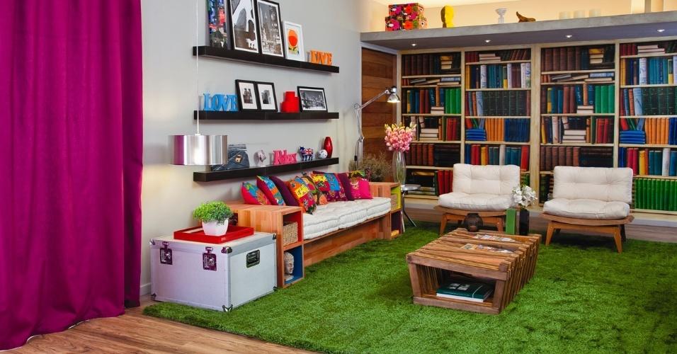 Na sala de estar, as cores são trabalhadas em acessórios como cortinas e almofadas e o painel fotográfico confere um ar irreverente ao projeto. Destaque para o sofá e a mesa bricolados. A casa projetada pelo arquiteto Gustavo Calazans está em exposição na 1ª Mostra Casa Leroy Merlin, em São Paulo