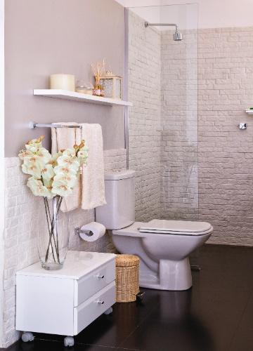 decoracao banheiro leroy : decoracao banheiro leroy:banheiro do casal explora as texturas visuais e a combinação de