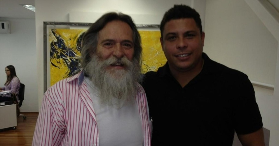 O ex-jogador Ronaldo tietou o ator José de Abreu, postando uma foto com o ator de
