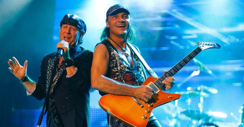 O vocalista Klaus Meine se apresenta junto do guitarrista Matthias Jabs no show do Scorpions em Belo Horizonte (11/9/12)