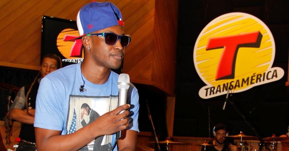 """Thiaguinho participou do programa""""Estúdio Ao Vivo"""", da rádio Transamérica, em São Paulo (11/9/12). O cantor se apresentou com sua nova banda e foi tietado pelas fãs"""