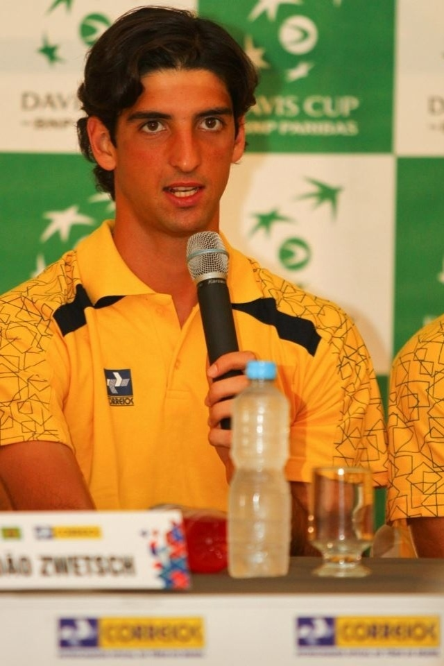 Thomaz Bellucci fala durante entrevista coletiva da equipe brasileira da Copa Davis em So Jos do Rio Preto antes da repescagem contra a Rssia (11/09/2012)