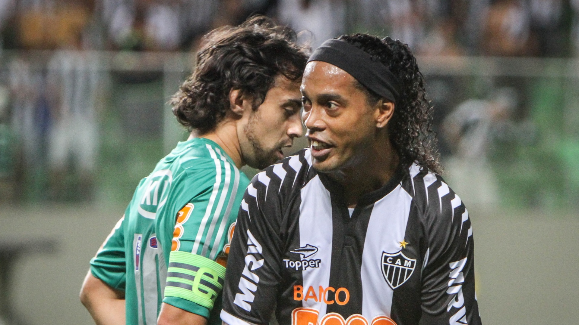 Valdivia e Ronaldinho Gacho se encontram em jogo entre Palmeiras e Atltico-MG