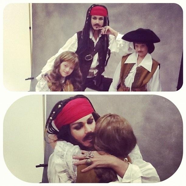 Xuxa fantasiada de Jack Sparrow para o calendário Happy Down 2013 (10/9/12)