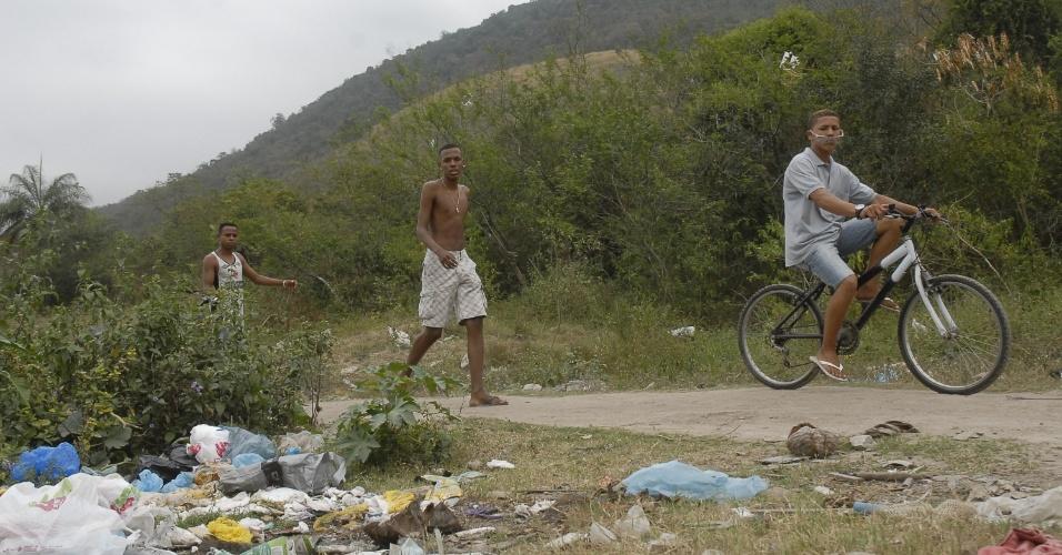12.set.2012 - Adolecentes passeiam na mata próxima à comunidade da Chatuba, suposto local onde ocorreu a chacina  que vitimou seis jovens na Baixada Fluminense