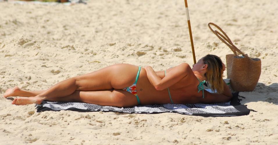 12.set.2012 - Banhistas aproveitaram manhã de sol nesta quarta-feira (12), na praia de Copacabana, na zona sul do Rio de Janeiro