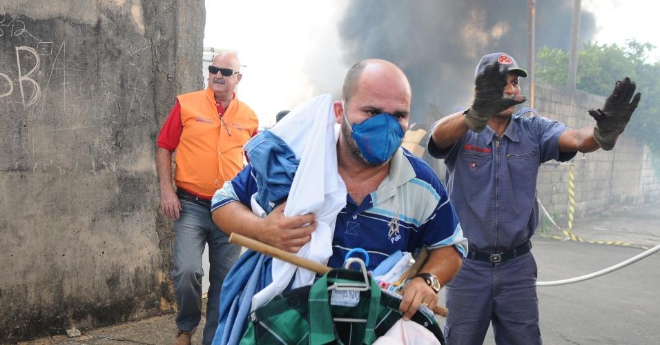 12.set.2012 - Bombeiros tentam controlar incêndio que começou em um matagal próximo à rodovia Anhanguera, em Campinas (SP), e se alastrou para uma empresa de instalações industriais no Jardim Aurélia, na tarde desta quarta-feira (12).