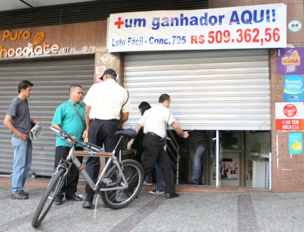 12.set.2012 - Dois homens e um adolescente foram flagrados por policiais militares na madrugada desta quarta-feira (12), no momento em que tentavam furtar uma casa lotérica, no bairro Carmo-Sion, em Belo Horizonte (MG). Eles chegaram a arrombar e entrar no imóvel