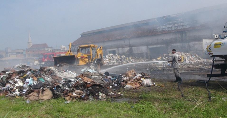 12.set.2012 - Fogo destrói galpão da cooperativa de reciclagem Camapet nesta quarta-feira (12) em Salvador, na Bahia. O fogo começou na madrugada no bairro da Calçada. O suspeito de colocar fogo na cooperativa é um menor de 15 anos que foi apreendido pela polícia