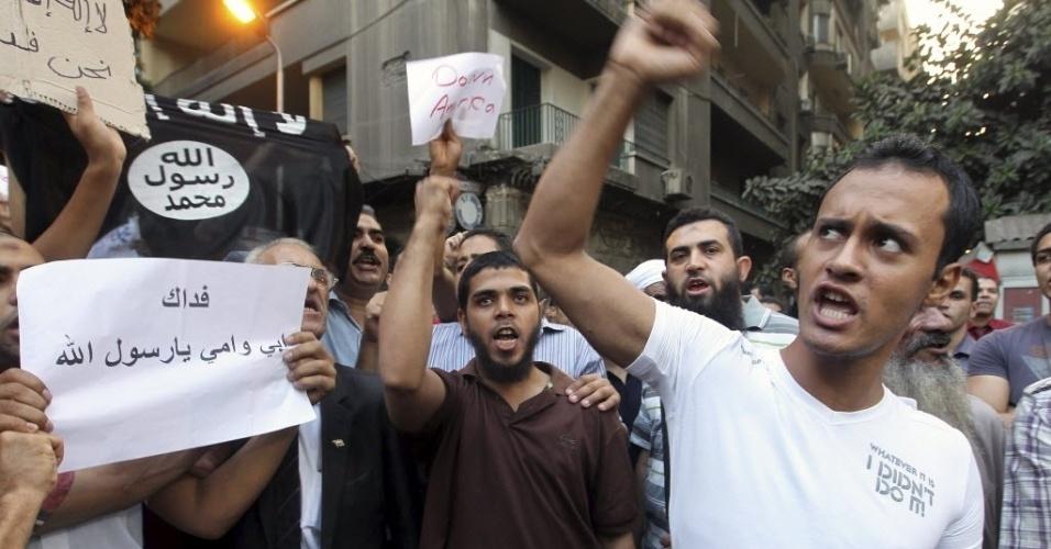 """12.set.2012 - Grupo protesta em frente à embaixada norte-americana no Cairo contra o filme """"O Julgamento de Maomé"""", considerado por eles  como anti-islâmico. O embaixador Christopher Stevens e os outros três funcionários morreram em um ataque contra o consulado dos EUA em Benghazi, na Líbia, durante protesto contra a produção cinematográfica"""