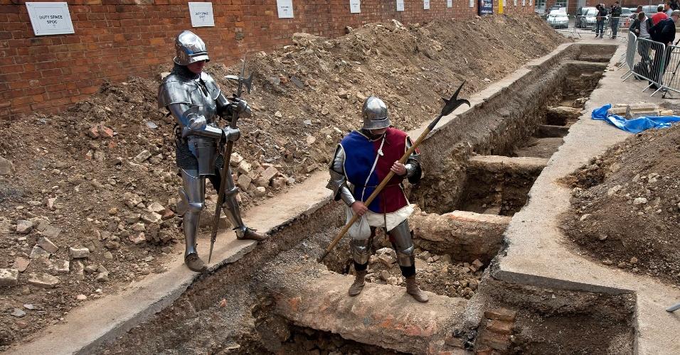 12.set.2012 - Homens vestidos como cavaleiros medievais posam para fotos em Leicester, na região central da Inglaterra, nesta quarta-feira (12), no local onde foi encontrado um esqueleto que, para pesquisadores da Universidade de Leicester, pode ser o do rei britânico medieval Ricardo III.