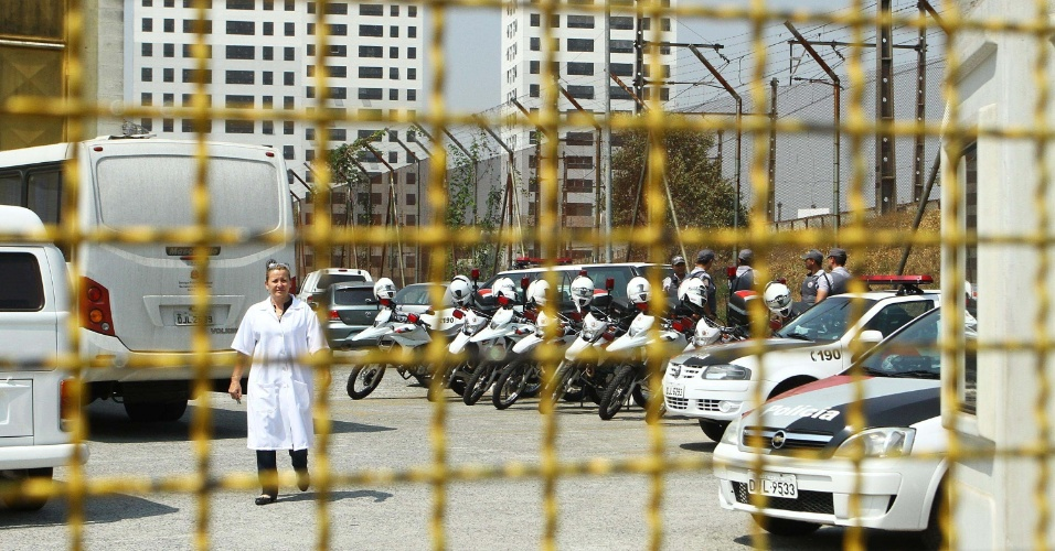 12.set.2012 - Internos da Fundação Casa fazem uma rebelião no início da tarde desta quarta-feira (12), na Vila Leopoldina, zona oeste de São Paulo. Eles mantém sete reféns no interior da unidade