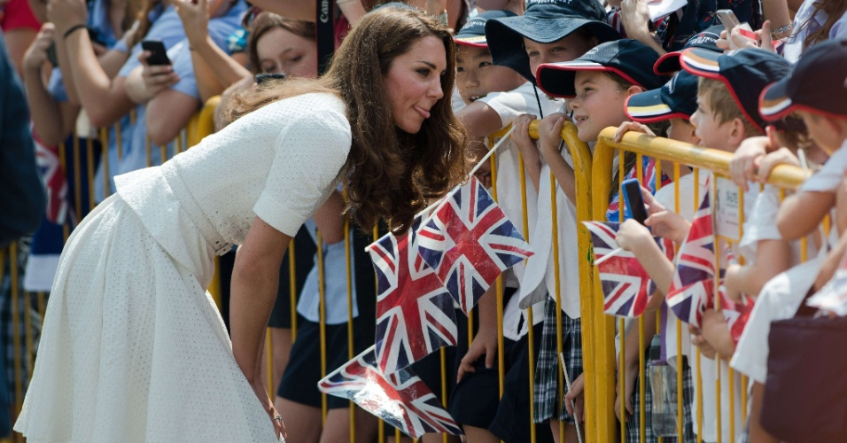 12.set.2012 - Kate Middleton, a duquesa de Cambridge, cumprimenta jovens f&#227;s durante visita a Cingapura nesta quarta-feira (12). Ela est&#225; no pa&#237;s com o marido, pr&#237;ncipe William, em raz&#227;o de visita oficial de dez dias ao sudeste asi&#225;tico. Em resposta a uma crian&#231;a, eles disseram que gostariam de ser &#34;invis&#237;veis&#34;