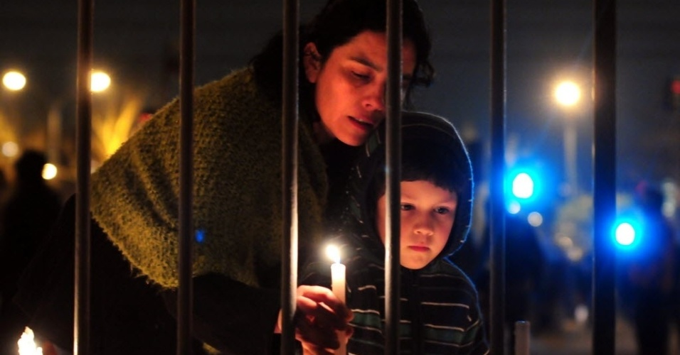 12.set.2012 - Mãe e filho participam de homenagens aos mortos e desaparecidos durante o golpe militar do dia 11 de setembro de 1973.  Protestos terminaram com um morto e 10 feridos nesta terça (11)