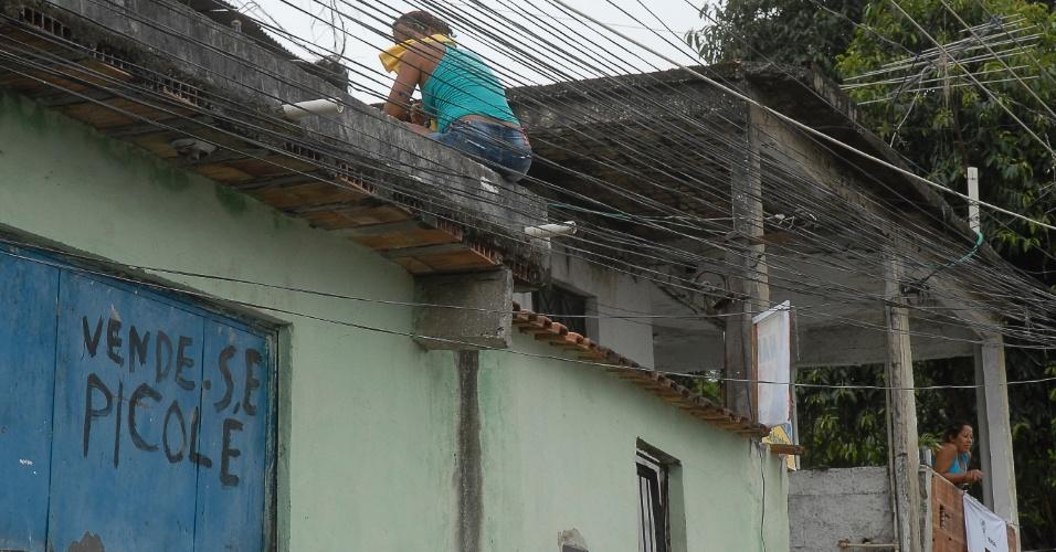 12.set.2012 - Moradores da favela da Chatuba, na Baixada Fluminense, estão amedrontados após a chacina que deixou seis jovens mortos no último fim de semana