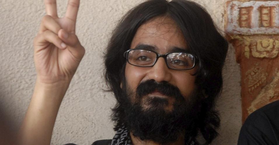 12.set.2012 - O cartunista indiano Aseem Trivedi, 25, é liberado da prisão de Arthur Road após pagamento de fiança nesta quarta-feira (12), em Mumbai (Índia). Ele foi preso no domingo (9), acusado de traição por publicar tirinhas consideradas como insultos por satirizar a Constituição indiana