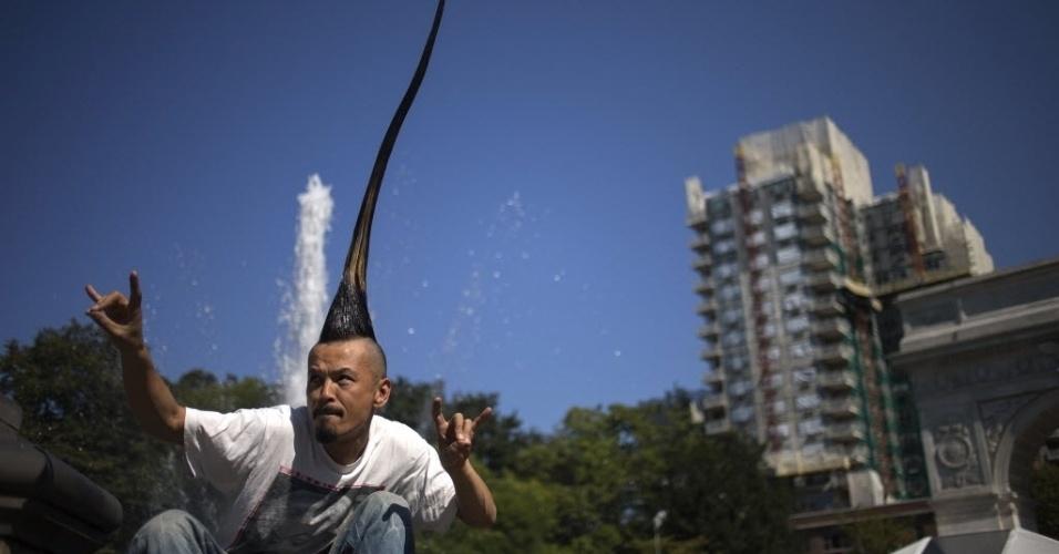 12.set.2012 - O designer de moda japonês Kazuhiro Watanabe quer entrar para o Livro dos Recordes com o maior penteado moicano do mundo. Watanabe exibe seu  moicano de 90 centímetros nas ruas de Nova York