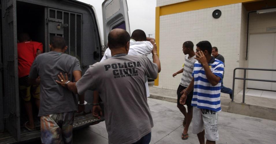 12.set.2012 - Policiais militares continuam a operação na favela da Chatuba, no Rio de Janeiro, onde seis jovens foram mortos por traficantes. Na foto, presos são transferidos da 53ª Delegacia Policial