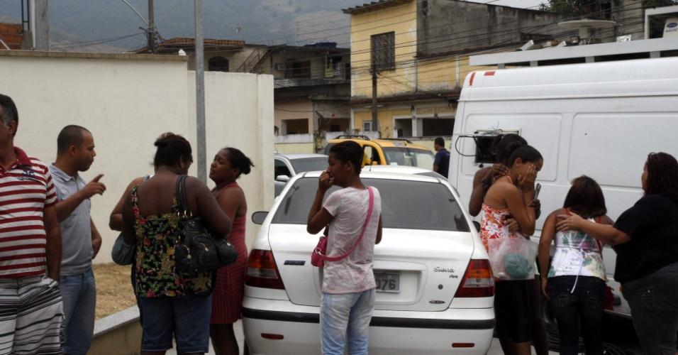 12.set.2012 - Populares observam operação da Polícia Militar na favela da Chatuba, onde seis jovens foram mortos por traficantes