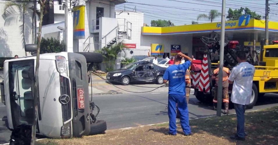 12.set.2012 - Um acidente entre carro e van ocorrido nesta quarta-feira (12) causou o capotamento da van na avenida Pedroso de Morais, na região do Alto de Pinheiros, zona oeste de São Paulo