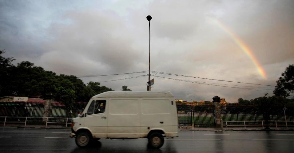 12.set.2012 - Um arco-íris é visto durante o nascer do sol após chuva em Katmandú, no Nepal