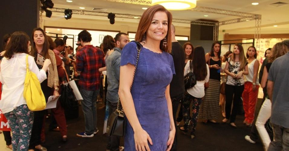 A atriz Nívea Stelmann esbanja simpatia durante o evento, ocorrido nas lojas do Shopping Leblon, no Rio de Janeiro (12/9/12)