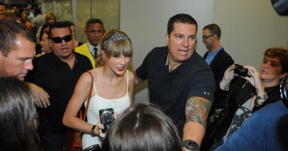 A cantora Taylor Swift chega ao aeroporto internacional do Rio de Janeiro (12/9/12)
