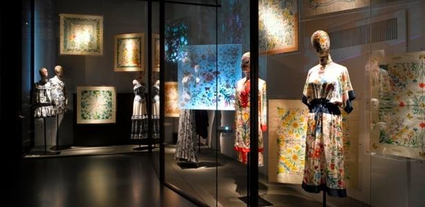 No museu da Gucci, em Florença, na Itália, as tradicionais flores da grife italiana estão impressas nas bolsas, nos vestidos e nos lenços