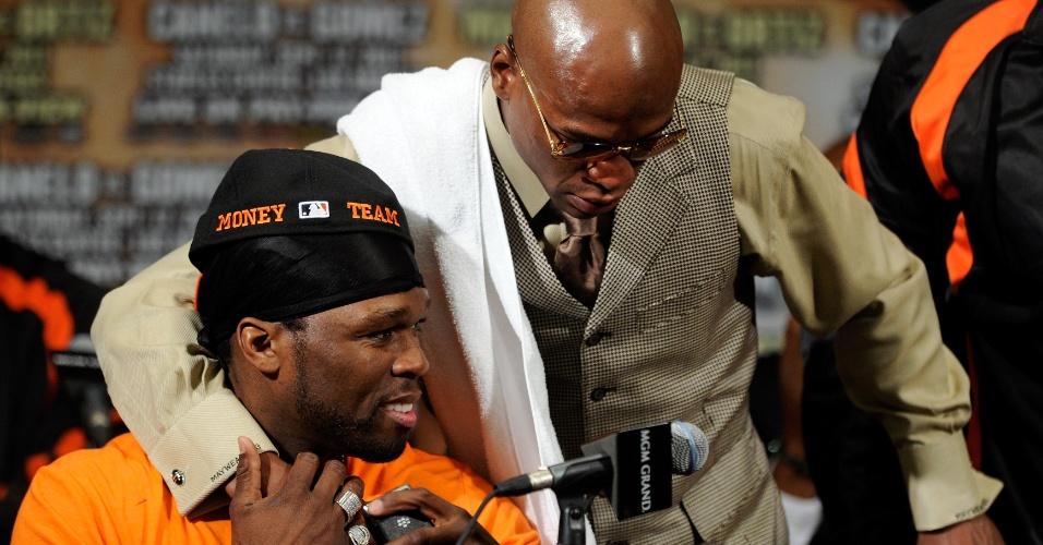 Boxeador Floyd Mayweather Jr. (d) abraça o rapper 50 Cent após vencer luta contra Victor Ortiz (17/09/2011)