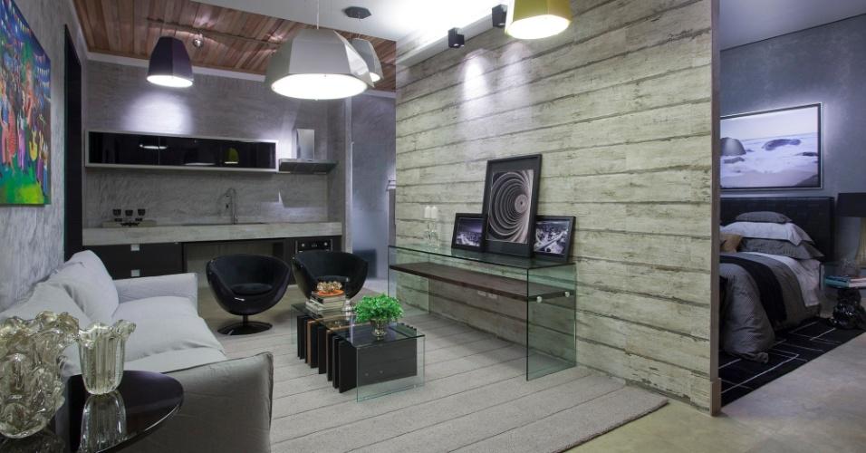 Casa Cor MT - 2012: o living do Loft, projetado pelo arquiteto Marcelo Villaça Epaminondas, é separado dá área íntima por uma parede de madeira rústica