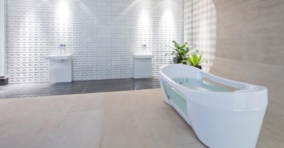 Casa Cor MT - 2012: a Sala de Banho do Casal, criada pela arquiteta e urbanista Susana Vilela, combina a ilha rústica que abriga a banheira com o padrão xadrez de uma das paredes e os azulejos em relevo de outra