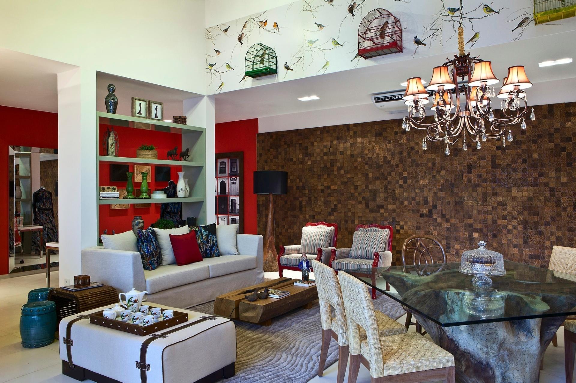 Casa Cor MT - 2012: overmelho intenso de algumas porções das paredes é combinado ao painel quadriculado e aos