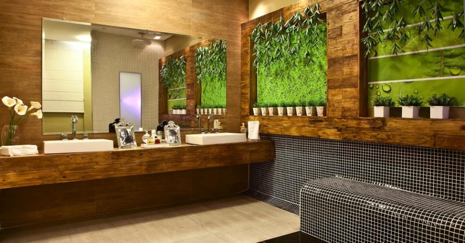 Casa Cor MT - 2012: o Banheiro da Melhor Idade foi criado pelo arquiteto e urbanista Guilherme Bacchi. Nas paredes, revestimentos com padrão amadeirado, madeira de demolição, pastilhas e jardim vertical