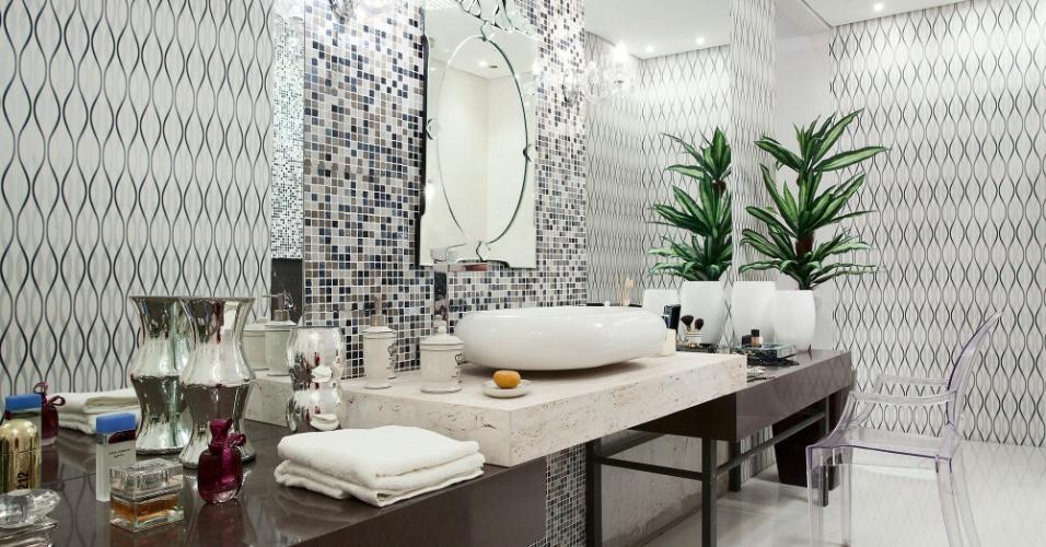 Casa Cor MT - 2012: o Banho da Moça projetado pelos designers Lucas Sborchia e Michelly Bortolotti tem parte das paredes revestidas com pastilhas de cerâmica e vidro. O painel é combinados a espelhos de grande porte e revestimento com padrão óptico