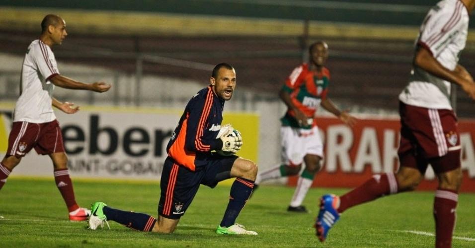 Diego Cavalieri, goleiro do Fluminense, se levanta após fazer defesa em chute da Portuguesa