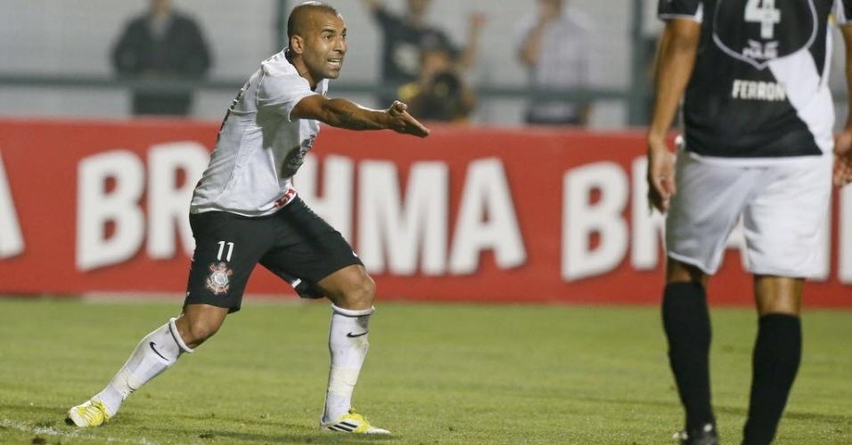 Emerson Sheik gesticula e reclama durante a partida entre Corinthians e Ponte Preta, no Pacaembu