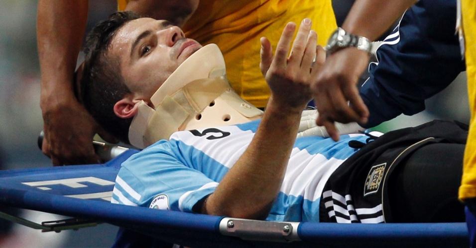 12.set.2012 - Fernando Gago deixa o campo após lesão bizarra nas eliminatórias sul-americanas para a Copa do Mundo de 2014