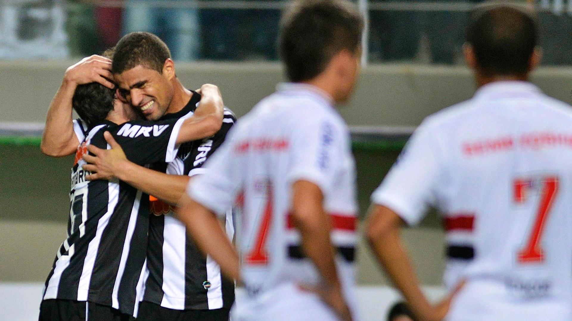 Leonardo, do Atlético-MG, comemora o gol da equipe na partida contra o São Paulo, em Minas
