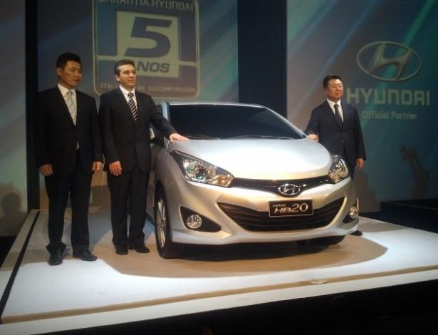 Chang Kyun Han (à direita), presidente da Hyundai Motor do Brasil, apresenta o HB20