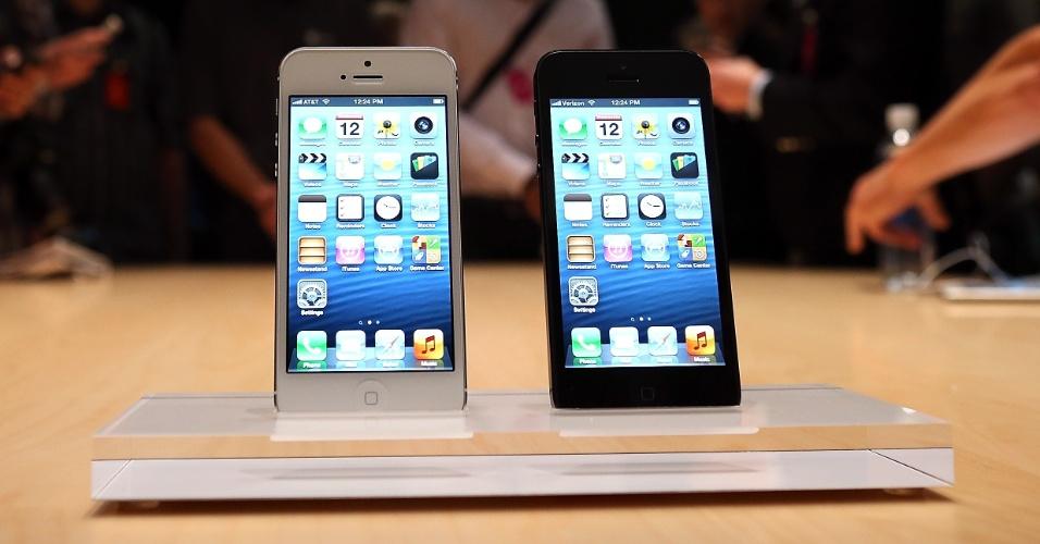 A Apple apresentou na quarta-feira (12/9) o iPhone 5, a sexta geração do smartphone da empresa. O telefone vem com o processador A6, tela de 4 polegadas, sistema operacional iOS 6 e tecnologia 4G. A venda do aparelho nos Estados Unidos começa no dia 21 de setembro. No Brasil, apesar de a empresa não confirmar, a expectativa é que o iPhone 5 seja vendido no mês de dezembro