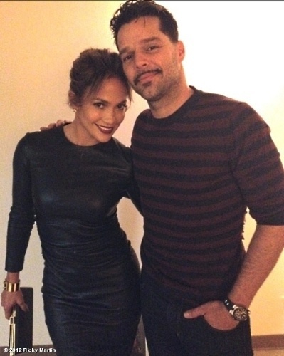 Jennifer Lopez visitou Ricky Martin nos bastidores do musical &#34;Evita&#34;. O cantor agradeceu a presen&#231;a da artista pelo Twitter &#34;So cool you came by the show Jenn! Mucho cari&#241;o! #Evita! #OrgulloBoricua. @JLo&#34; (12/9/12)
