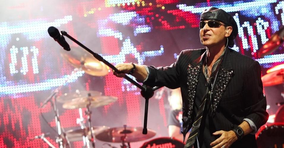 """Klaus Meine canta durante show dos Scorpions na turnê """"Final Sting Tour 2012"""" em Belo Horizonte (11/9/12)"""
