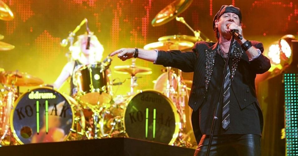 Klaus Meine, vocalista da banda Scorpions, canta sem os óculos escuros durante show em Belo Horizonte (11/9/12)