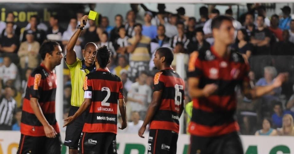 Leonardo Moura, lateral direito do Flamengo, recebe cartão amarelo durante o jogo com o Santos