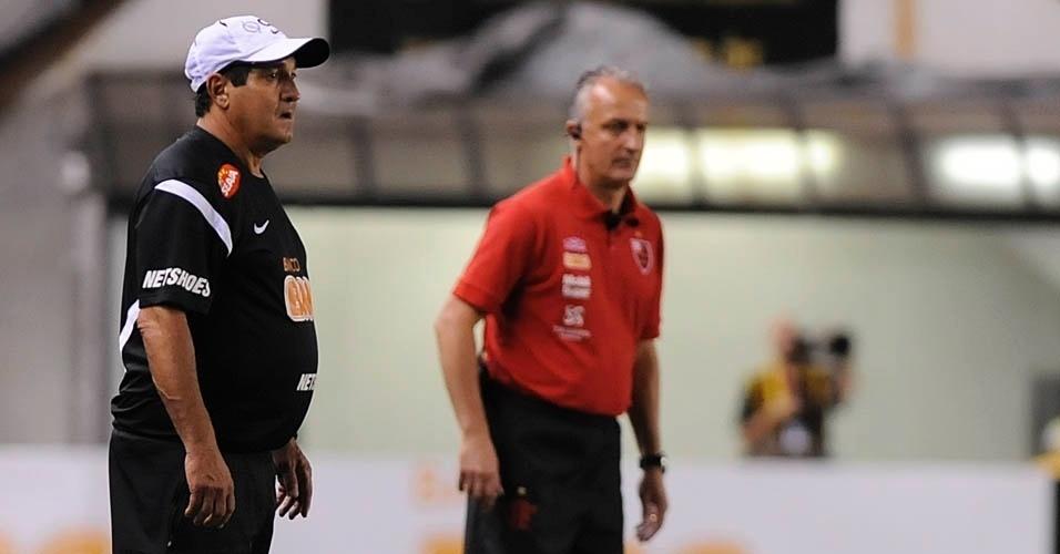 Muricy Ramalho e Dorival Júnior orientam Santos e Flamengo, respectivamente, durante jogo na Vila