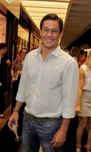 """O ator Roger Gobeth sorri durante o evento """"Vogue Fashion's Night Out"""", ocorrido nas lojas do Shopping Leblon, no Rio de Janeiro (12/9/12)"""