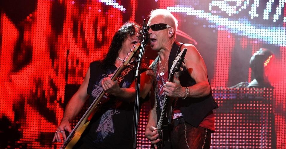 O baixista Pawel Maciwoda e o guitarrista Rudolf Schenker tocam juntos e cantam durante apresentação do Scorpions em Belo Horizonte (11/9/12)