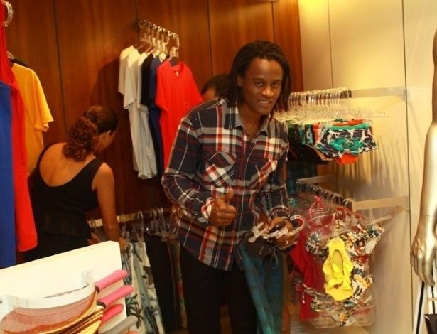 """O cantor Toni Garrido posa para os fotógrafos em loja durante o """"Vogue Fashion's Night Out"""" (12/9/12)"""