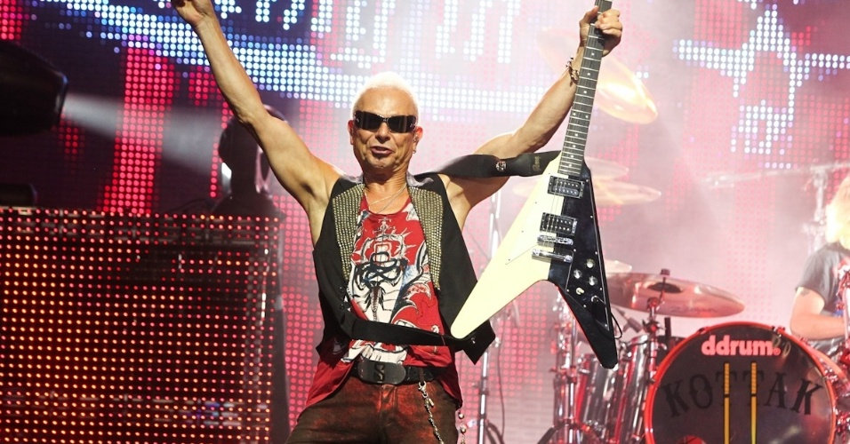 O guitarrista Rudolf Schenker agradece à plateia durante show da banda alemã Scorpions em Belo Horizonte (11/9/12)