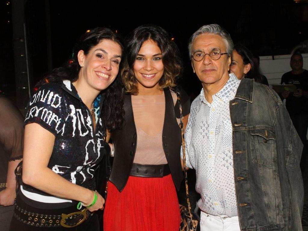 Paula Lavigne e Bia Anthony posam ao lado de Caetano após seu show no Rio de Janeiro (11/9/12)